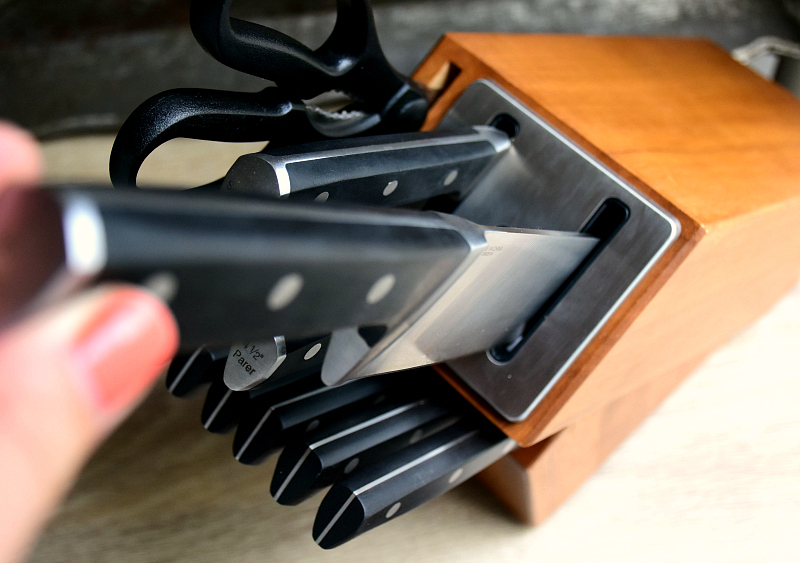 calphalon self-sharpening knife set giveaway | the realistic